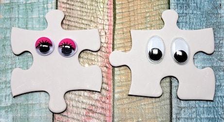 Conception de site, deux pièces de puzzle compatibles représentant des yeux de femme et des yeux d'homme