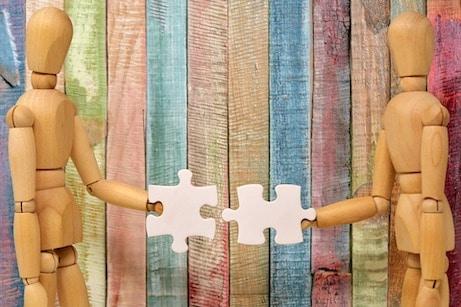 Site internet éthique. Petits sujets en bois qui assemblent deux pièces d'un puzzle